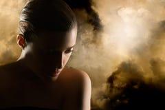 Красивая золотая девушка. Женщина тайны Стоковые Изображения RF
