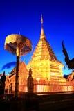 Красивая золотая статуя в Wat Phra которое Doi Suthep, Чиангмай, Таиланд Стоковое Изображение RF