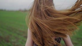 Красивая здоровая женщина в темном платье с флористическим сток-видео