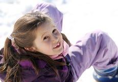 Красивая игра девушки с снегом в горах в зиме Стоковое фото RF