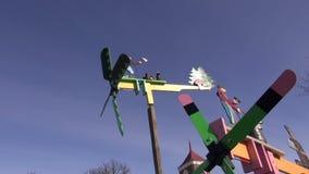 Красивая игрушка ветрянки весной справедливо сток-видео