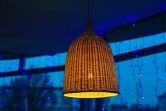 Красивая дизайнерская люстра в комнате стоковая фотография rf