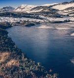 Красивая изумительная природа высоких гор, покрытое лед озеро внутри Стоковые Фотографии RF