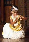 Красивая индийская девушка танцуя танец Mohinyattam Стоковые Фотографии RF