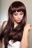Красивая длинная женщина волос смотря вниз Стоковое Фото