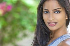 Красивая индийская азиатская девушка молодой женщины Стоковые Изображения