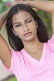 Красивая индийская азиатская девушка молодой женщины Стоковое Изображение