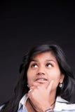 Красивая индийская девушка думая и разрешая стоковые фотографии rf