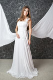 Красивая индийская женщина в белом платье свадьбы стоковая фотография rf