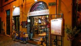 Красивая итальянская пиццерия стиля в историческом районе в Риме Стоковая Фотография