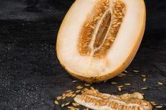 Красивая и вкусная дыня Половина канталупы на черной предпосылке отрежьте дыню Естественные и органические ингридиенты скопируйте Стоковое фото RF