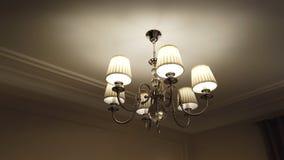 Красивая и дорогая современная люстра в живя комнате стоковое фото