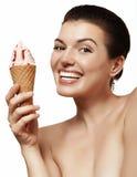 Красивая и жизнерадостная девушка с мороженым Стоковая Фотография RF