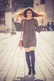 Красивая и привлекательная молодая женщина идя в город стоковое фото rf