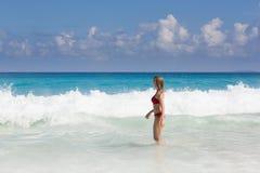 Красивая и сексуальная белокурая женщина в красном бикини, море turquise стоковая фотография rf