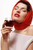 Красивая и сексуальная девушка с стеклом красного вина в руке Стоковое Изображение