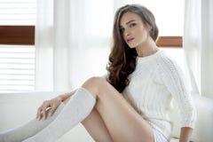 Красивая и сексуальная женщина в свитере Стоковое Изображение RF