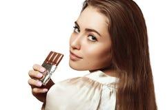 Красивая и симпатичная девушка держа шоколад Стоковая Фотография