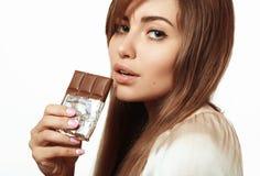Красивая и симпатичная девушка есть шоколад Стоковое фото RF