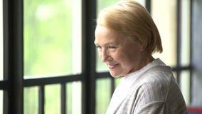 Красивая и счастливая пожилая женщина смотря камеру видеоматериал