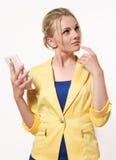 Красивая и умная женщина в деловом костюме держа толпу Стоковое Фото