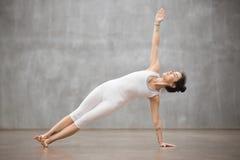 Красивая йога: Бортовая позиция планки Стоковое Изображение RF