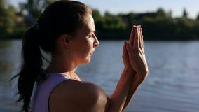 Красивая йога на природе, конец-вверх практики женщины сток-видео