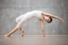 Красивая йога: предварительная позиция Camatkarasana backbend Стоковые Изображения RF