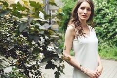 Красивая кавказская женщина брюнет в парке стоковое фото rf
