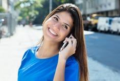 Красивая кавказская женщина в голубой рубашке на телефоне Стоковые Изображения RF