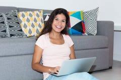 Красивая кавказская студентка с компьютером Стоковые Фотографии RF