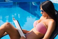 Красивая кассета чтения женщины outdoors Стоковые Изображения