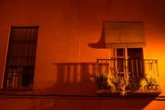 Красивая квартира с балконом в Севилье на ноче, Испании Стоковая Фотография RF