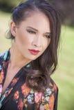 Красивая китайская азиатская евроазиатская женщина девушки снаружи Стоковые Изображения