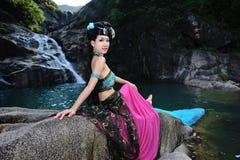 Красивая китайская девушка в костюме традиционного китайския Стоковая Фотография