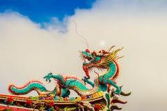 Красивая китайская скульптура дракона на крыше на Lungshan Templ Стоковые Фотографии RF