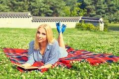 Красивая книга чтения девушки в парке лета Стоковые Изображения