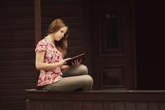 Красивая книга чтения девушки Стоковые Изображения RF