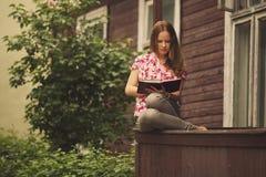 Красивая книга чтения девушки Стоковые Изображения