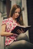 Красивая книга чтения девушки Стоковые Фотографии RF