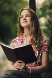 Красивая книга чтения девушки Стоковая Фотография