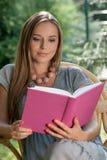 Красивая книга чтения молодой женщины в парке Стоковые Фотографии RF
