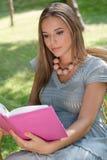 Красивая книга чтения молодой женщины в парке Стоковое Изображение
