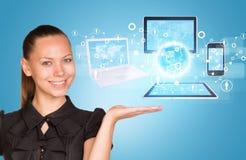 Красивая коммерсантка демонстрируя компьютер Стоковое Изображение RF