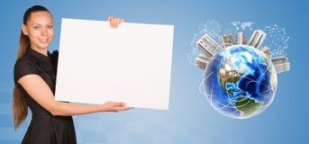 Красивая коммерсантка держа лист чистого листа бумаги Стоковые Изображения RF