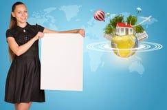 Красивая коммерсантка держа лист чистого листа бумаги Стоковые Фотографии RF