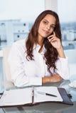 Красивая коммерсантка на столе офиса Стоковая Фотография