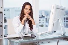 Красивая коммерсантка на столе офиса Стоковые Изображения
