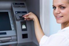 Красивая коммерсантка принимая деньги стоковые изображения rf