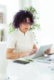 Красивая коммерсантка работая с ее цифровой таблеткой в офисе Стоковое Изображение